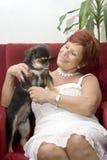 Femme rouge de cheveu 65 années avec votre animal familier Photographie stock