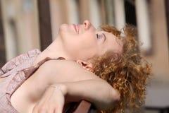 Femme rouge de cheveu appréciant le soleil Photos libres de droits