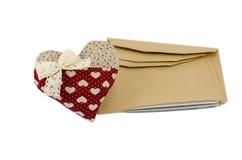Femme rouge de coeur avec l'enveloppe et le stylo bruns, concept de Saint-Valentin Photographie stock libre de droits
