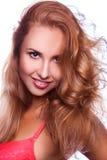 Femme rouge mignonne de cheveux souriant sur l'appareil-photo Photographie stock libre de droits