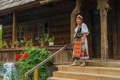Femme roumaine portant dans le costume traditionnel photographie stock