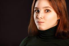 Femme rousse étonnée sur l'obscurité Images libres de droits