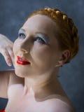 Femme rousse aux yeux bleus Photos libres de droits