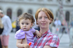 Femme rousse avec des taches de rousseur Photo stock