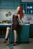 Femme rousse avec un balai Photo libre de droits
