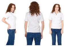 Femme rousse dans la chemise et des jeans de polo blancs Photo stock