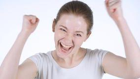 Femme rousse enthousiaste célébrant le succès, fond blanc image libre de droits