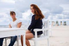 Femme rousse et homme occasionnel Photo stock