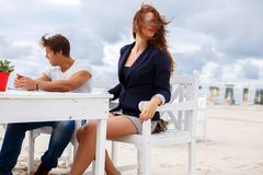 Femme rousse et homme occasionnel Photographie stock