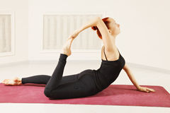 Femme rousse flexible Photo stock
