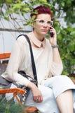 Femme rousse parlant au téléphone Photographie stock libre de droits
