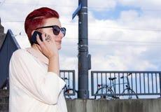 Femme rousse parlant au téléphone Images libres de droits