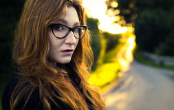 Femme rousse sérieuse photographie stock