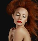 Femme rousse souhaitable avec les lèvres rouges Photos stock