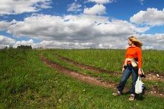 Femme, route et nuages. Sibir. Photographie stock