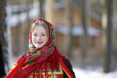 Femme russe dans l'écharpe photographie stock libre de droits