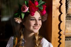 Femme russe dans le costume national photographie stock