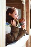 Femme russe dans une écharpe et un manteau Image libre de droits