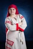 Femme russe posant dans des vêtements nationaux Photographie stock libre de droits