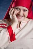 Femme russe posant dans des vêtements nationaux Image stock
