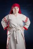Femme russe posant dans des vêtements nationaux Photos stock