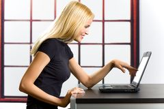 Femme réussi sur l'ordinateur portatif Photographie stock