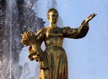 Femme Russie de symbolisation - une partie de l'amitié de fontaine du Na Photo stock