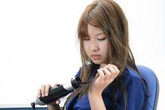 Femme séchant de beaux longs cheveux droits utilisant le dessiccateur photos stock