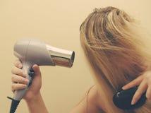 Femme séchant son cheveu photographie stock libre de droits