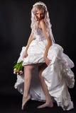 Femme séduisante dans une robe de mariage photo stock