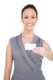 Femme séduisante heureuse tenant la carte de visite professionnelle de visite Images stock