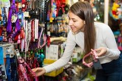 Femme sélectionnant des colliers et des avances Photographie stock