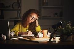 Femme sérieuse aux notes d'écriture de travail Photos stock