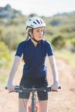 Femme sérieuse avec son vélo Image stock