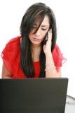 Femme sérieuse d'affaires regardant l'écran d'ordinateur portatif Photos libres de droits