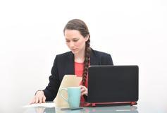 Femme sérieuse d'affaires regardant le document dans les dossiers Images stock