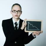Femme sérieuse d'affaires tenant le conseil graphique avec du Cu deacreasing Image libre de droits