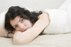 Femme sérieuse d'enroulement jeune Photographie stock