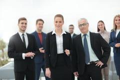 Femme sérieuse d'homme d'affaires et d'affaires sur le fond du personnel administratif Photographie stock libre de droits