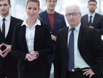 Femme sérieuse d'homme d'affaires et d'affaires sur le fond du personnel administratif Photographie stock
