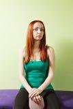 Femme sérieuse dans la chemise verte avec le tapis Image libre de droits