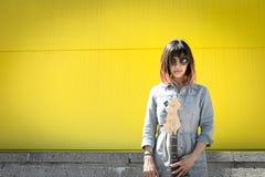 Femme sérieuse posant avec la guitare Photo stock