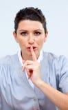 Femme sérieux d'affaires demandant le silence Photographie stock libre de droits