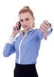 Femme sérieux faisant des gestes des pouces vers le bas Image libre de droits