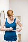 Femme sérieux mesurant sa taille Photo libre de droits