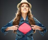 Femme sûre déchirant ses vêtements Images stock