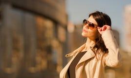 Femme sûre d'affaires sur le fond de la grande ville Photos stock