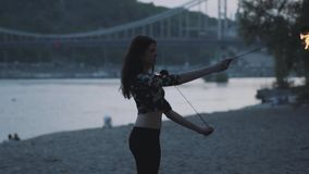 Femme sûre de grâce exécutant une exposition avec la flamme se tenant dans la forêt ou le parc Apparence habile d'artiste de fire clips vidéos