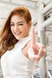Femme sûre dirigeant un doigt  Images stock