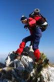 femme s'élevant de la Roumanie de roche d'alpinisme Images libres de droits